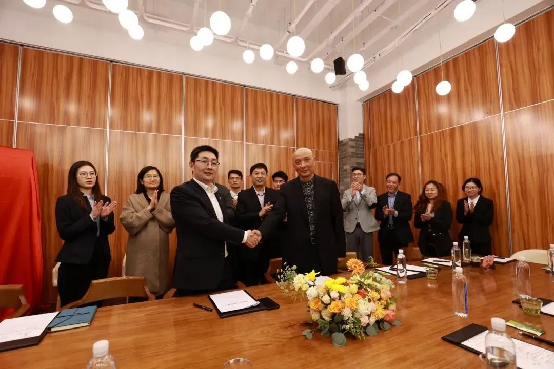 Shanghai Lingang Innovation Center signs a cooperation framework agreement with CJ International Group of Canada, inaugurating the Global Cross-Border of Technology Exchange Research Institute-SHLINGANGIC